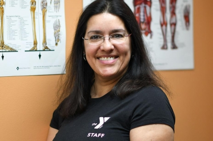 A massage therapist wearing a Y shirt.